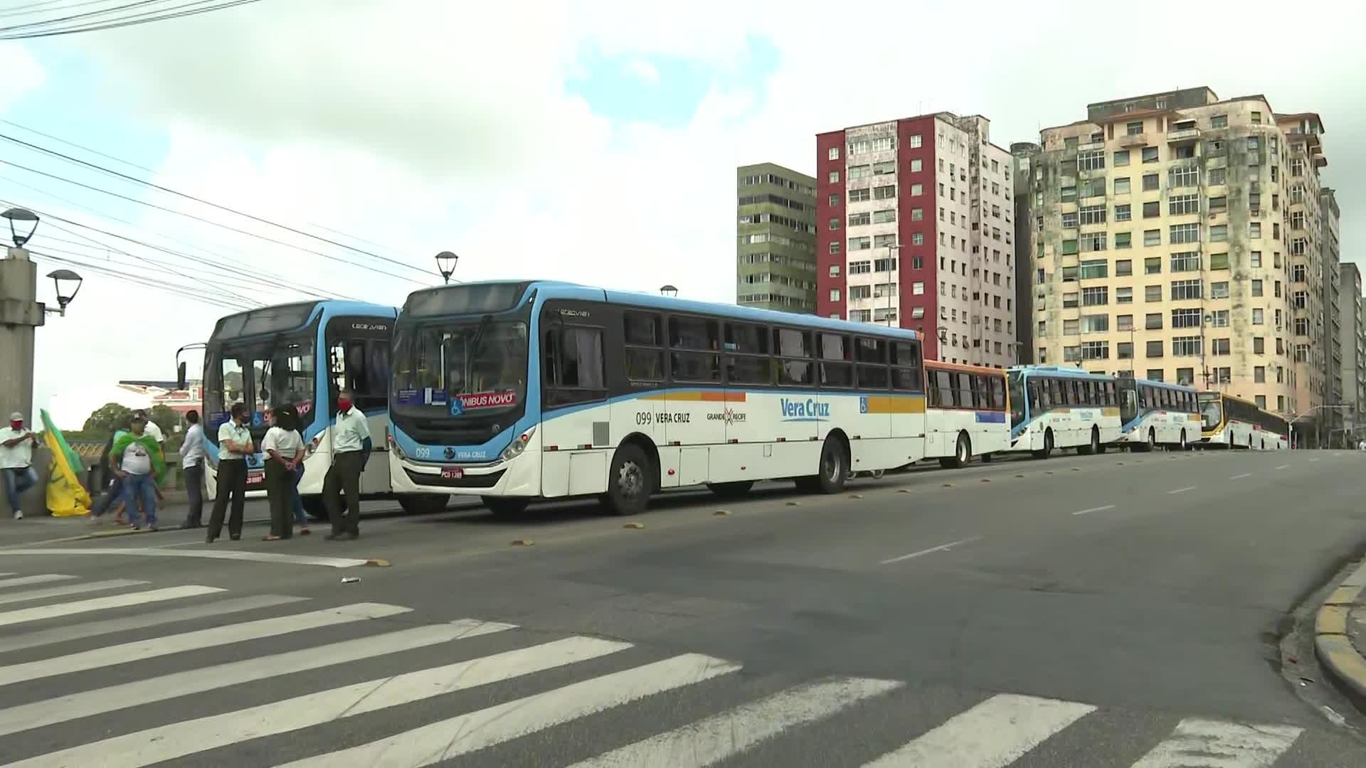 Ônibus são paralisados em protesto no Centro do Recife