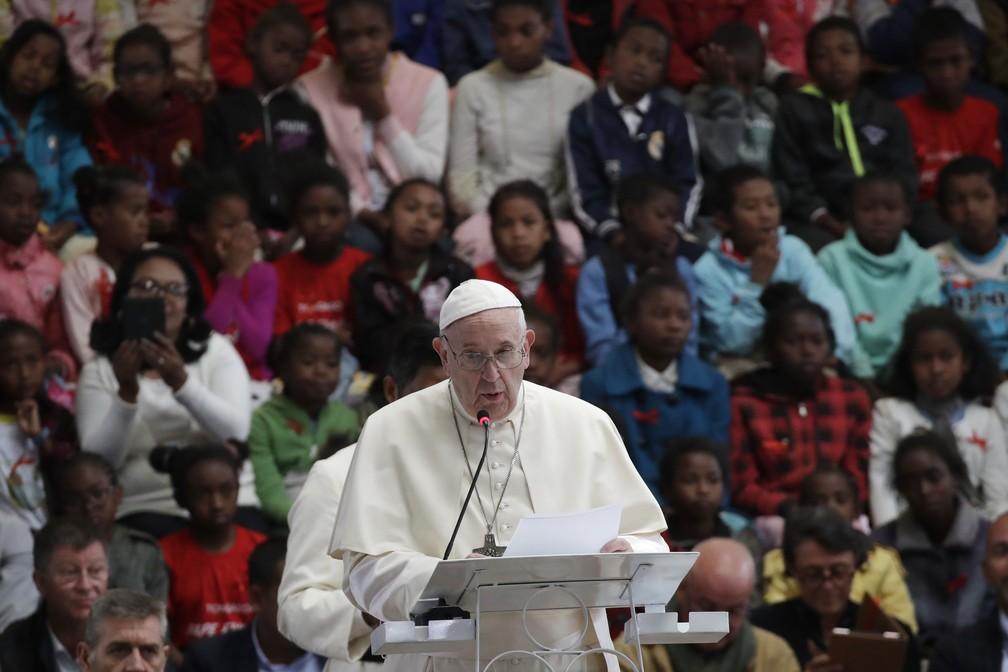 Papa Francisco discursa durante visita a comunidade em Madagascar. Pontífice está em seu segundo dia de visitas na África  — Foto: AP Photo/Alessandra Tarantino