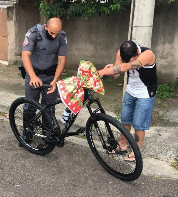 Policiais doam bicicleta a entregador de comida que alugava bike de colega para trabalhar em Jundiaí