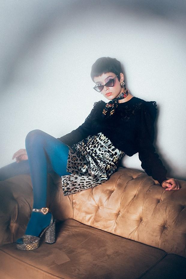 Blusa e saia, R$ 5.300 cada, lenço, R$ 790, e sandálias, R$ 3.500, tudo Dolce & Gabbana. Óculos, R$ 128, Love Style; brincos, R$ 210, Ylla; meia-calça, R$ 42, Lupo (Foto: Tauana Sofia)