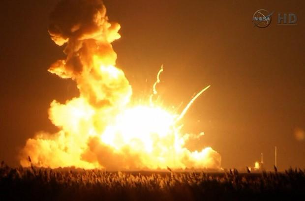Imagem tirada de vídeo da TV Nasa mostra foguete Antares explodindo logo após lançamento na Instalação de Voo Wallops, em Virgínia, nesta terça-feira  (Foto: AP Photo/Nasa TV)