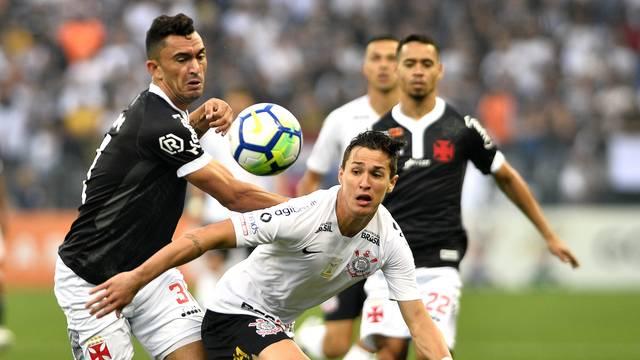 Raul e Mateus Vital disputam a bola no meio de campo
