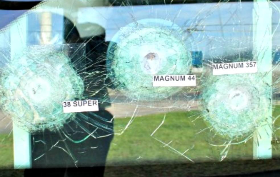 Resistência balística carro blindado (Foto: Adneison Severiano G1/AM)