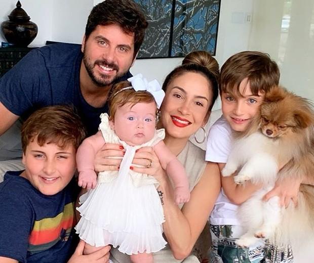 Claudia Leitte e Márcio Pedreira com os filhos, Davi, Rafael e Bela (Foto: Reprodução/Instagram)