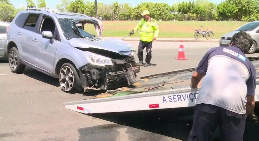 Carro acidentado é rebocado pelos agentes da CET-Rio   — Foto: Reprodução/TV Globo