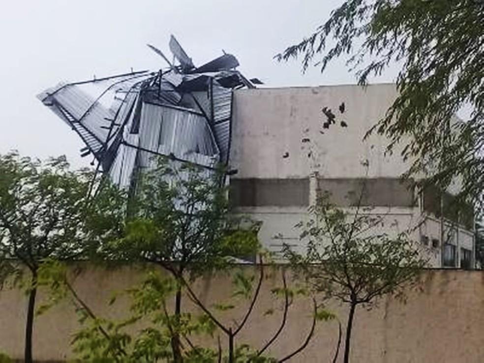 Chuvas e ventos fortes destelharam vários pontos comerciais em Currais Novos, cidade mais afetadas pelo temporal — Foto: Jean Souza