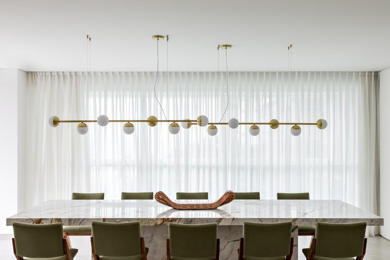 Décor do dia: sala de jantar com mármore e toques dourados (Foto: Fran Parente)