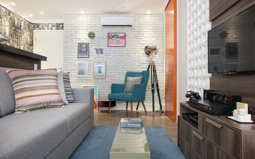 Apartamento pequeno reformado ganha cobogós e décor retrô