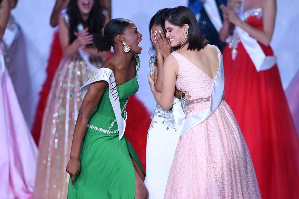 Nyekachi Douglas, Miss Nigéria, celebra vitória de Toni-Ann Singh, da Jamaica, no Miss Mundo 2019. A brasileira Elis Coelho abraça a campeã — Foto: DANIEL LEAL-OLIVAS / AFP