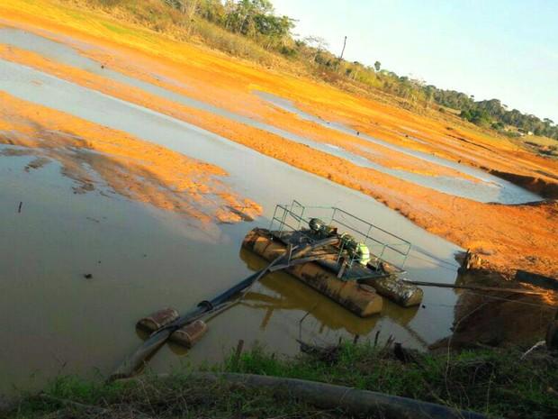 Açude em que fica bomba flutuante está com nível baixo  (Foto: Divulgação/Depasa)