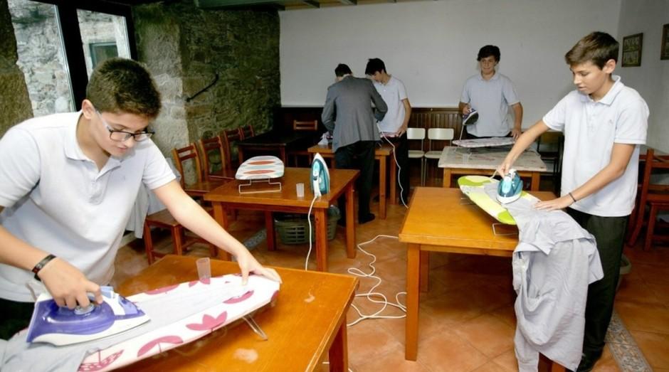 Meninos aprendem a passar roupa em colégio espanhol (Foto: Divulgação)