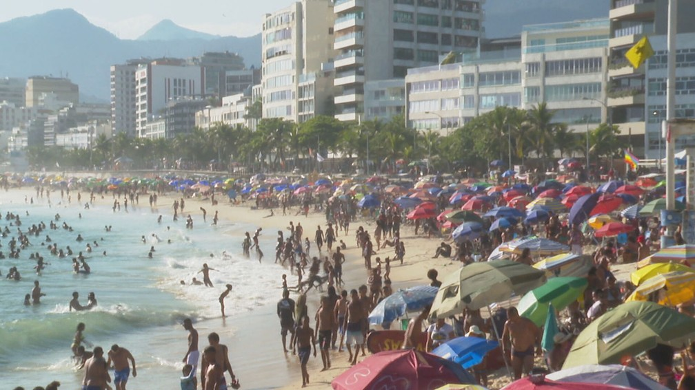 Banhistas ignoram a pandemia e lotam praias do Rio — Foto: Reprodução/TV Globo