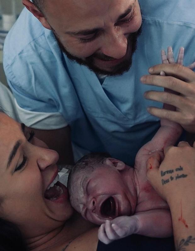 Bianca Andrade e Fred mostram primeiras emoções com o filho, Cris, nos braços (Foto: Thalita Castanha)