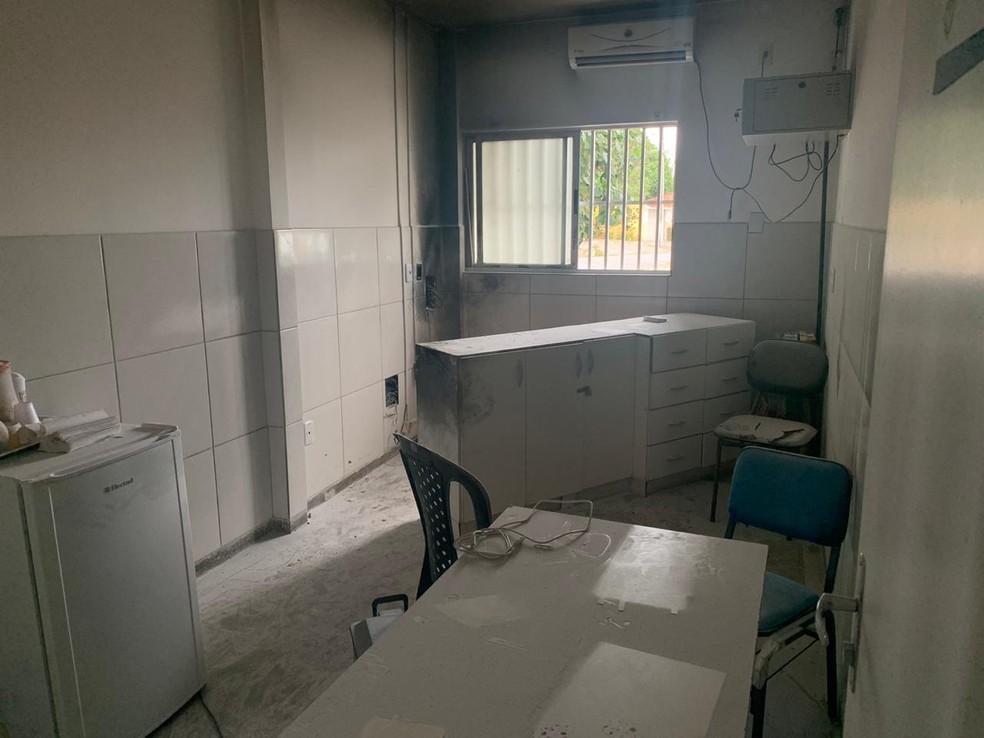 Sala da Direção da UBS foi afetada pelo incêndio. Atendimentos estão suspensos e não têm previsão para voltar — Foto: Mariana Rocha/Inter TV Cabugi