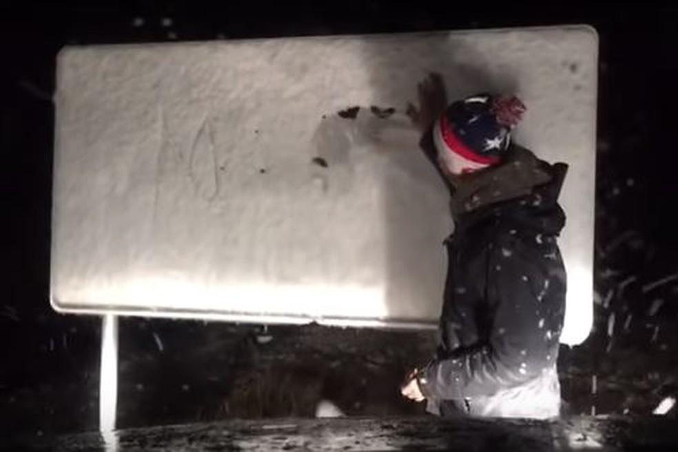 Durante a madrugada a placa ficou coberta pela neve na Serra catarinense (Foto: Reprodução/ NSC TV)