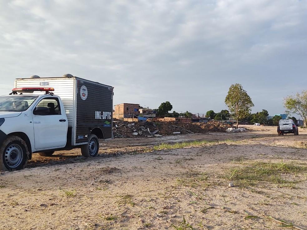 Com tiros no rosto e mãos amarradas, corpo de mulher é encontrado em área de construção na Zona Leste de Manaus  — Foto: Eliana Nascimento/G1 AM