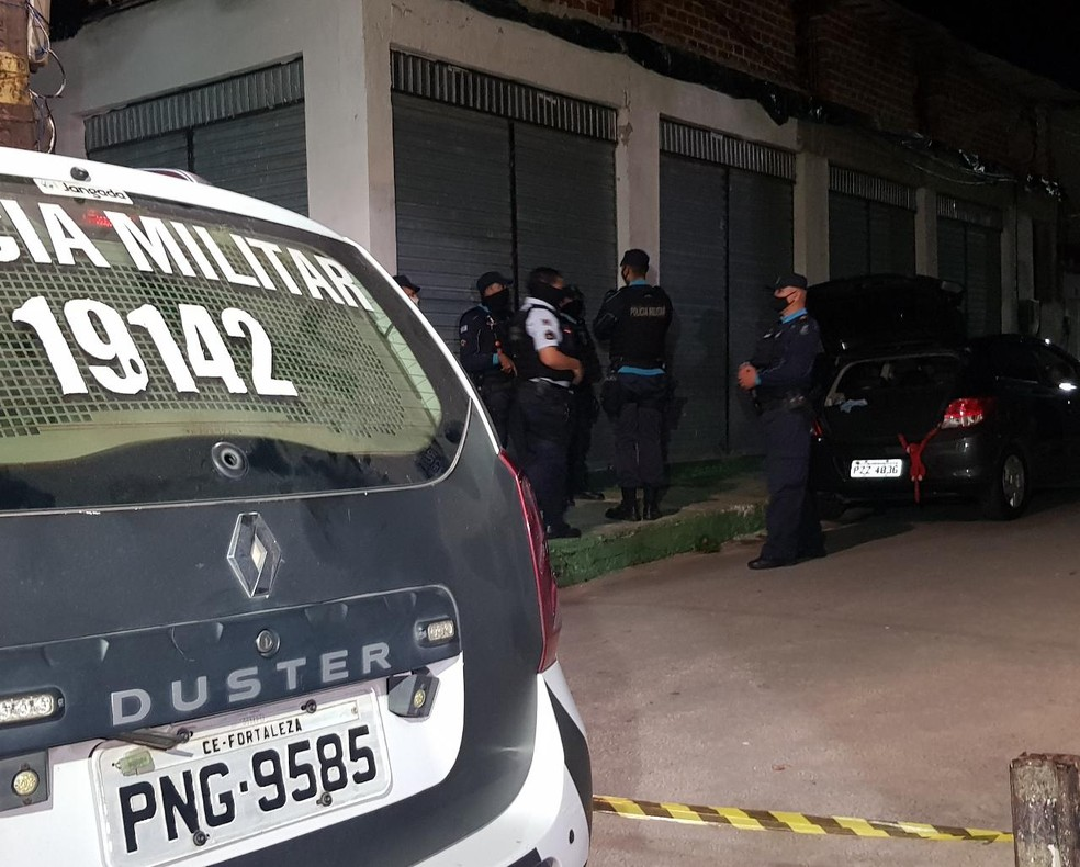 Motorista é baleado e passageiro morto dentro de veículo no bairro Edson Queiroz. — Foto: Rafaela Duarte/ SVM