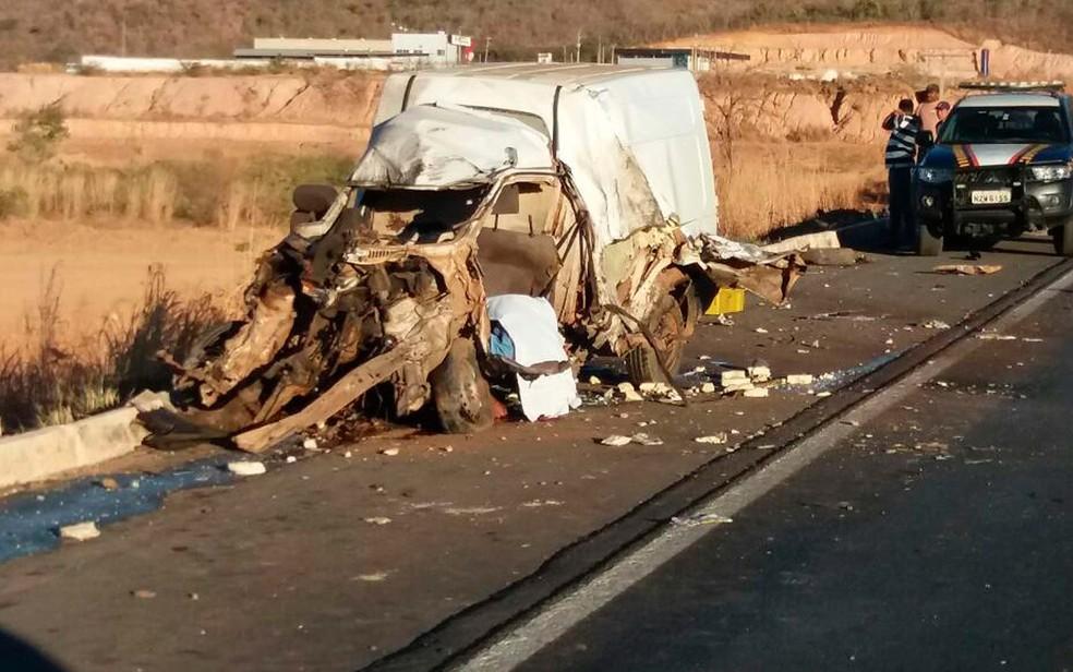 Carro envolvido na batida em Barreiras, ficou destruído (Foto: Sigi Vilares/Blog Sigi Vilares)