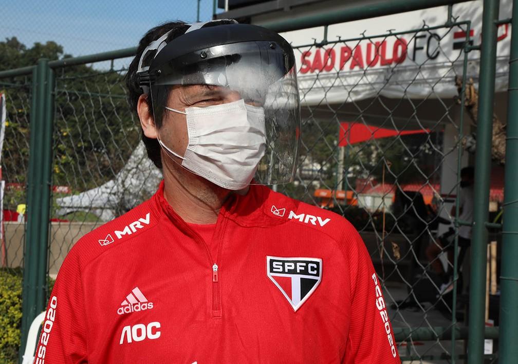 Fernando Diniz, do São Paulo, protegido durante atividade no CT do São Paulo — Foto:  Rubens Chiri / saopaulofc.net