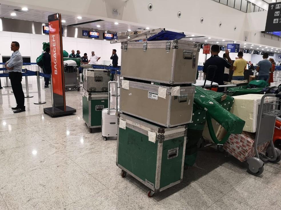 Bagagens do Palmeiras no aeroporto de Fortaleza, de onde o time seguiu à Argentina — Foto: Tossiro Neto
