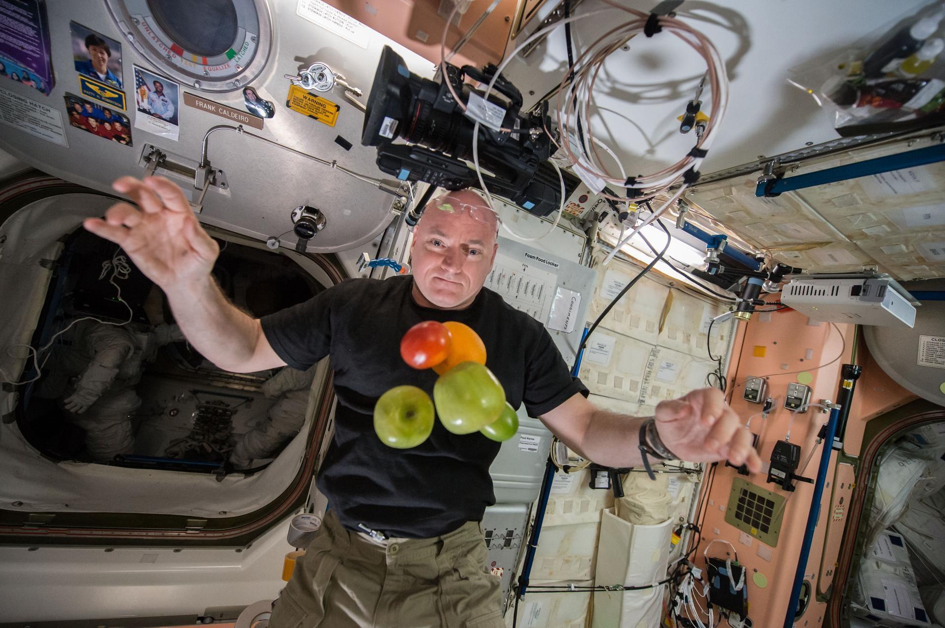 9 coisas que astronautas não fazem no espaço (como beber drinks e chorar)