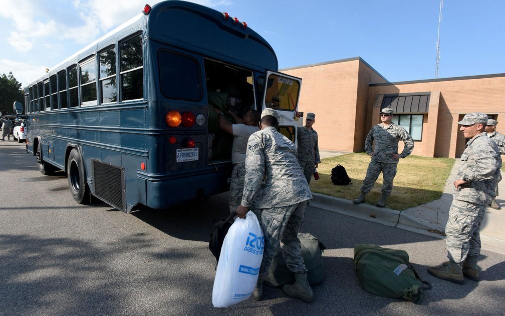 Integrantes da Guarda Aérea Nacional na Carolina do Sul se preparam para deixar base e apoiar equipes de resgate durante a passagem do furacão Florence, na segunda-feira (10) (Foto: Air National Guard/Master Sgt. Caycee Watson/Handout via Reuters)