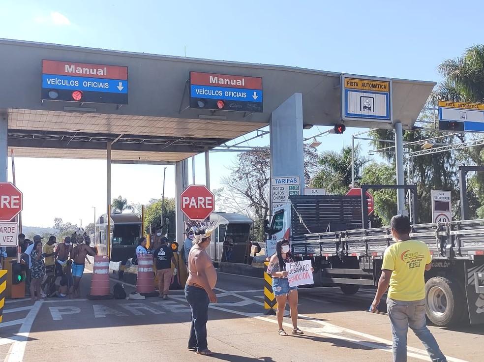 Cancelas da praça de pedágio foram liberadas das 14h às 17h, em Jataizinho — Foto: Amarildo Geraldo Soledade