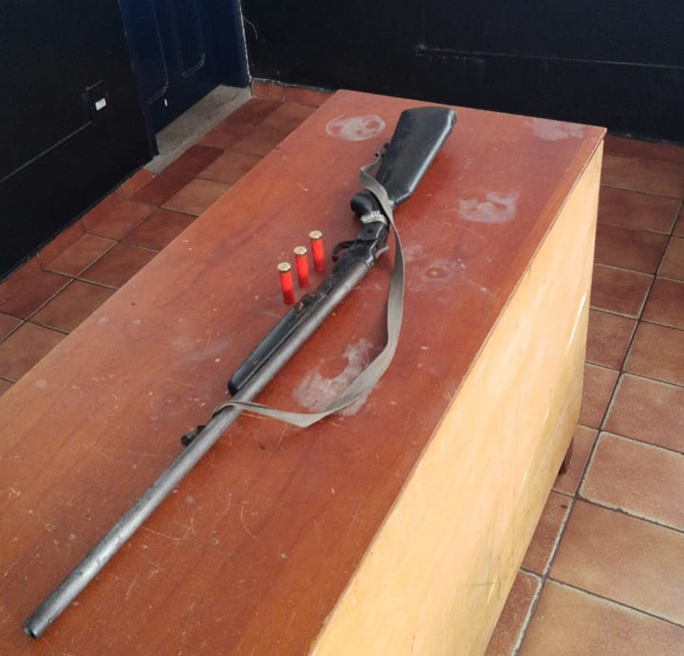 Junto com o suspeito, a polícia também apreendeu uma espingarda cartucheira. — Foto: Divulgação/Polícia Civil