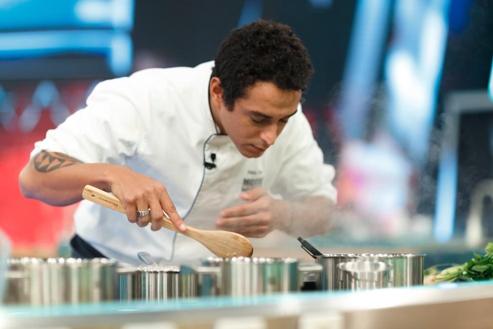 Dário Costa se destacou nas provas individuais do 'Mestre do Sabor' — Foto: Globo/Samuel Kobayashi
