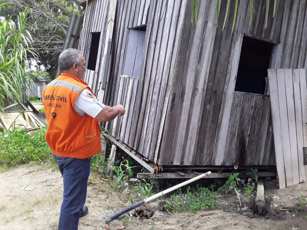 Parte de casa desabada após chuva atingir Manaus — Foto: Defesa Civil