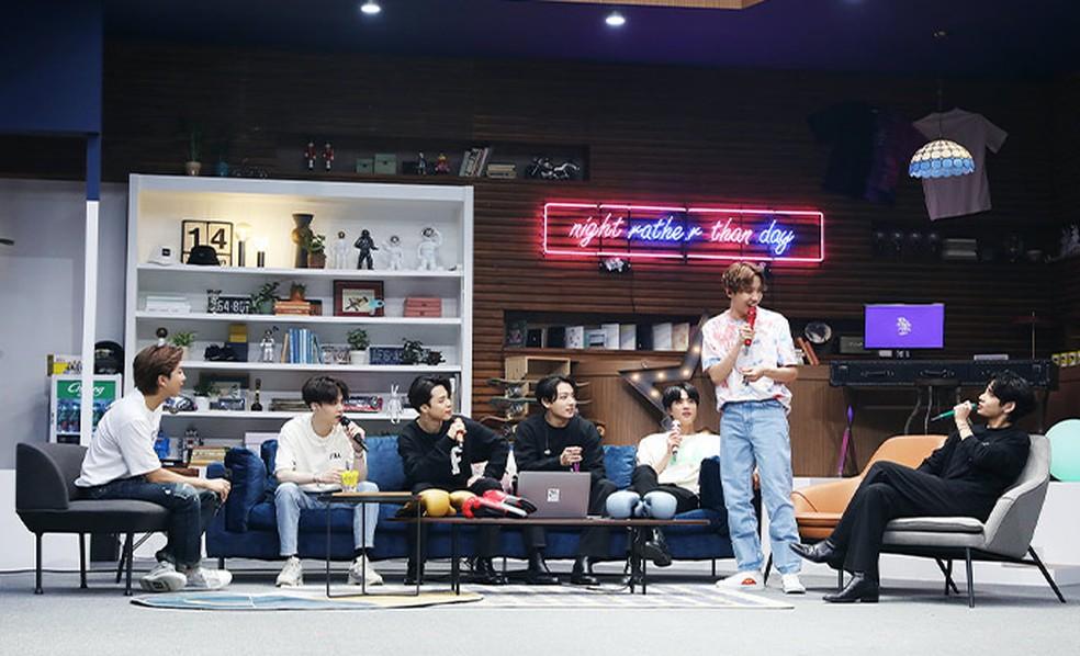 """O grupo BTS na live """"Bang Bang Con"""", transmitida em junho e recordista de audiência em um show on-line pago — Foto: Divulgação"""