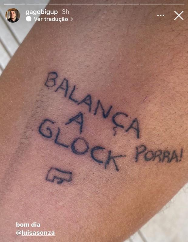 Luísa Sonza tatua amigo (Foto: Reprodução/Instagram)