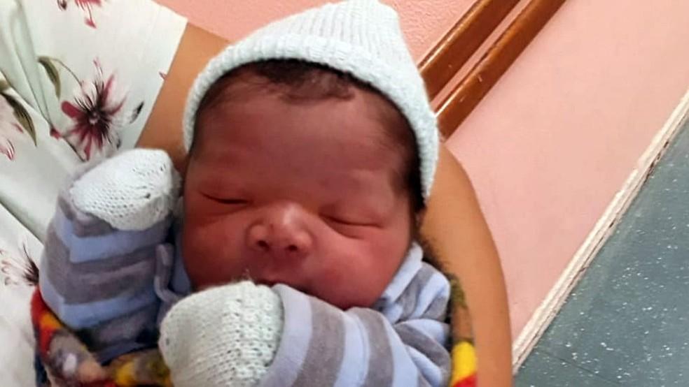Agentes da PRF ajudaram gestante em trabalho de parto na Av.Brasil (Foto: Divulgação)
