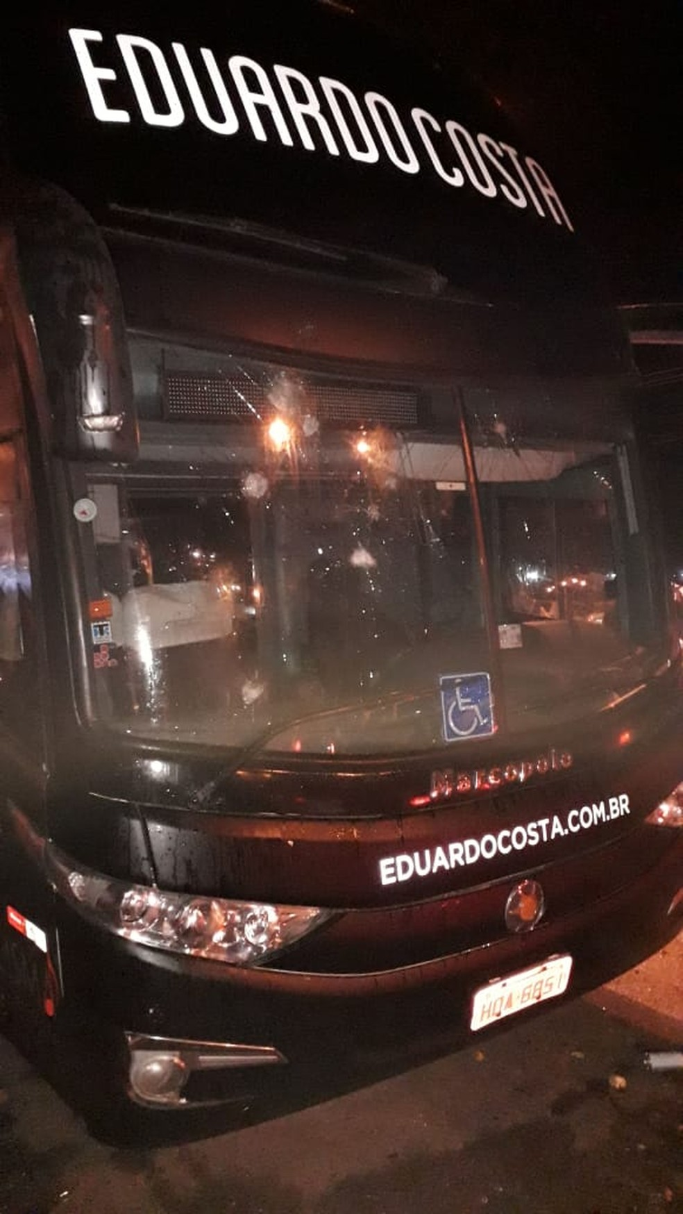 Ônibus de Eduardo Costa é apedrejado em Primavera do Leste (MT). — Foto: Divulgação