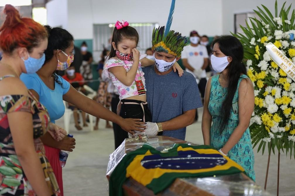 14 de maio: membros da comunidade indígena Parque das Tribos choram ao lado do caixão do chefe Messias, que morreu vítima da Covid-19 em Manaus. — Foto: Michael Dantas/AFP