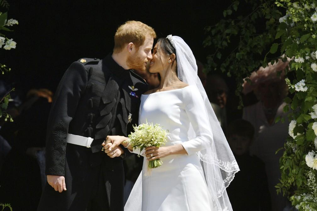 Príncipe Harry e Meghan Markle se beijam após casamento na Capela de São Jorge (Foto: Ben Birchhall/pool photo via AP)