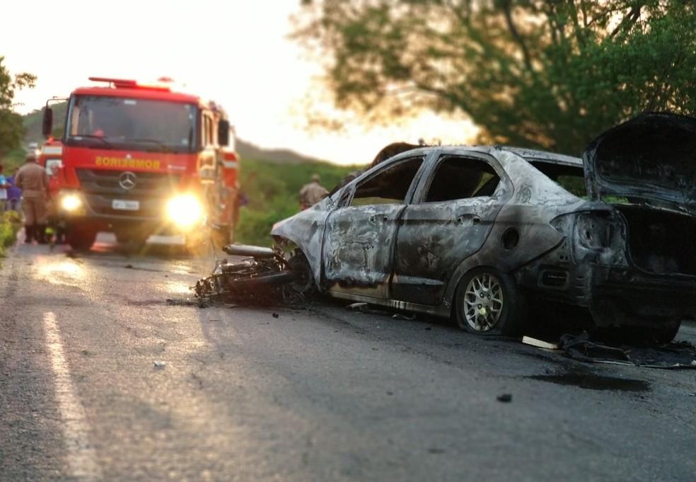 Acidente aconteceu na PB-393, entre os municípios de Cajazeiras e São João do Rio do Peixe, no Sertão da Paraíba (Foto: Corpo de Bombeiros/Divulgação)