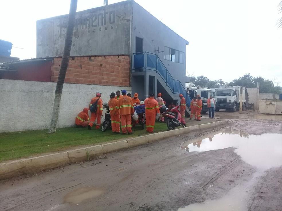 Funcionários da empresa responsável pela coleta de lixo de Marechal Dedoro cobram salários atrasados (Foto: Arquivo Pessoal )