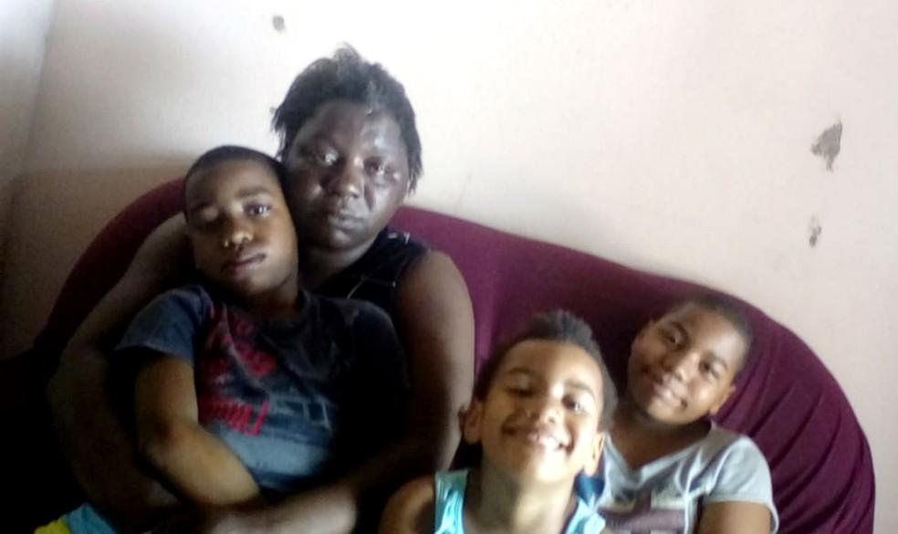 """A pensionista Simone Pereira com três de seus sete filhos em sua casa, na Jardim Primavera, em Lins: """"Agora teremos um Natal de R$ 1,99"""" — Foto: Arquivo pessoal"""