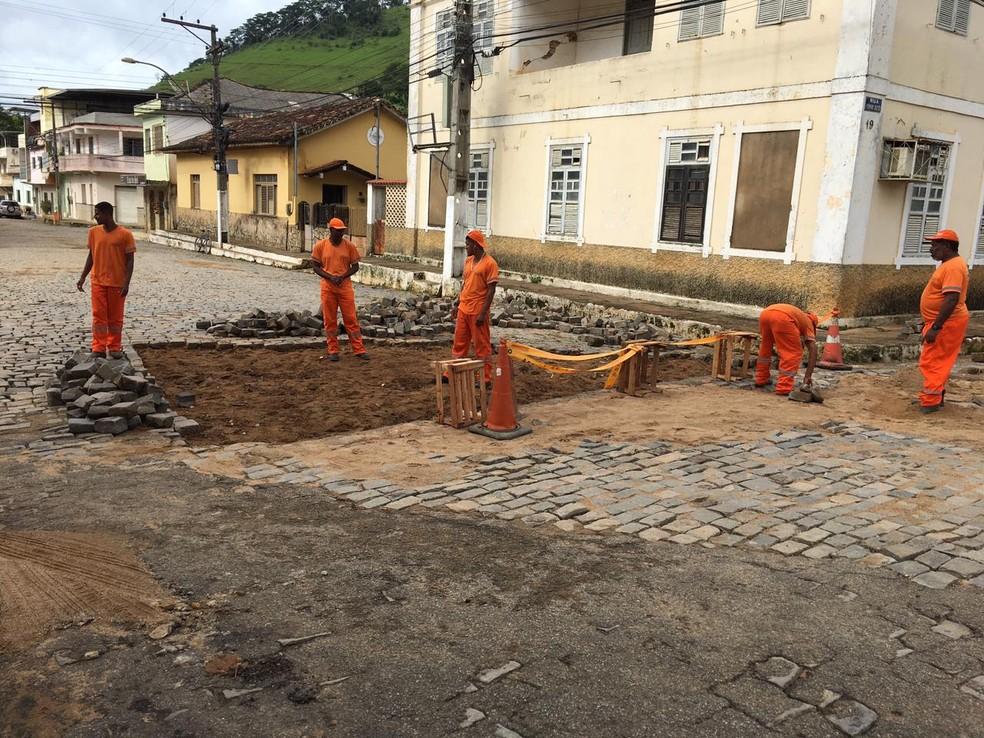 No distrito de Venâncio, enxurrada arrancou paralepípedos. — Foto: Divulgação/Prefeitura de Itaperuna