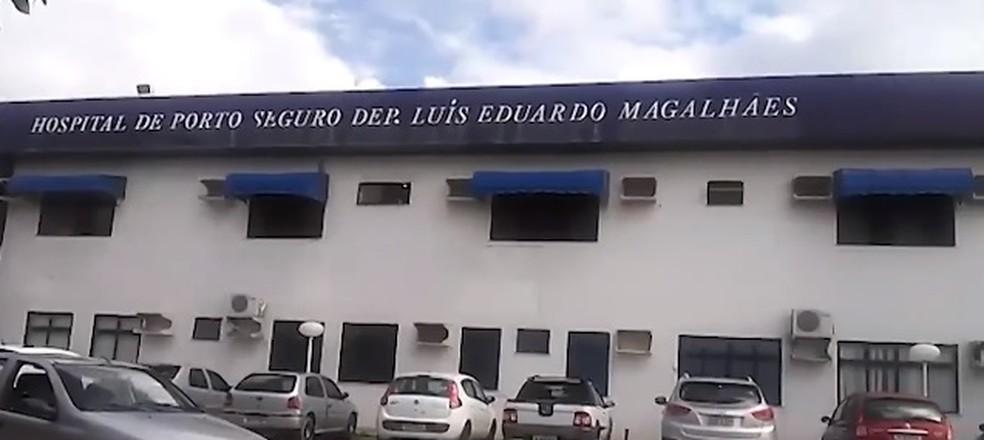 Vítima foi levada para o Hospital Deputado Luís Eduardo Magalhães — Foto: Reprodução/ TV Santa Cruz