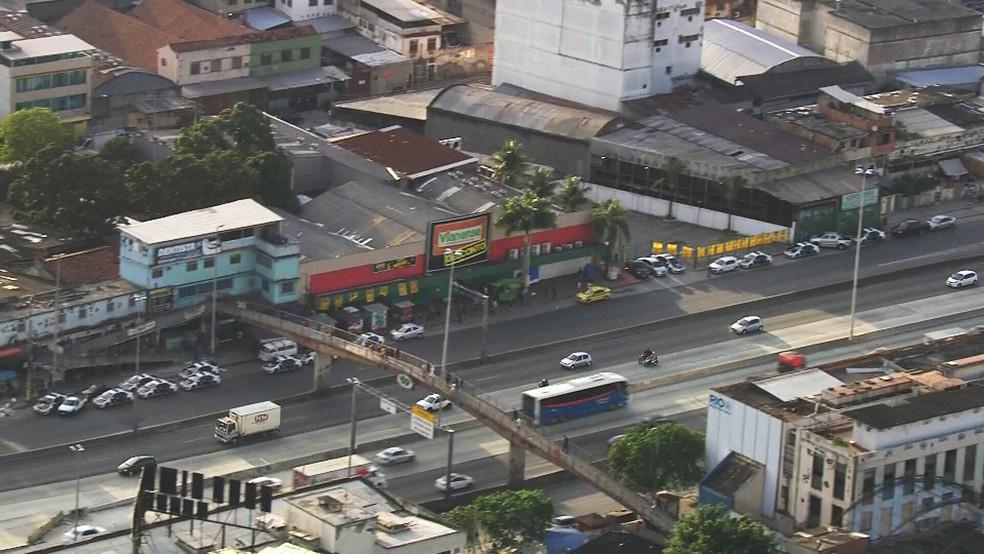 Carros da polícia estacionados na Avenida Brasil para operação na Maré — Foto: Reprodução/TV Globo