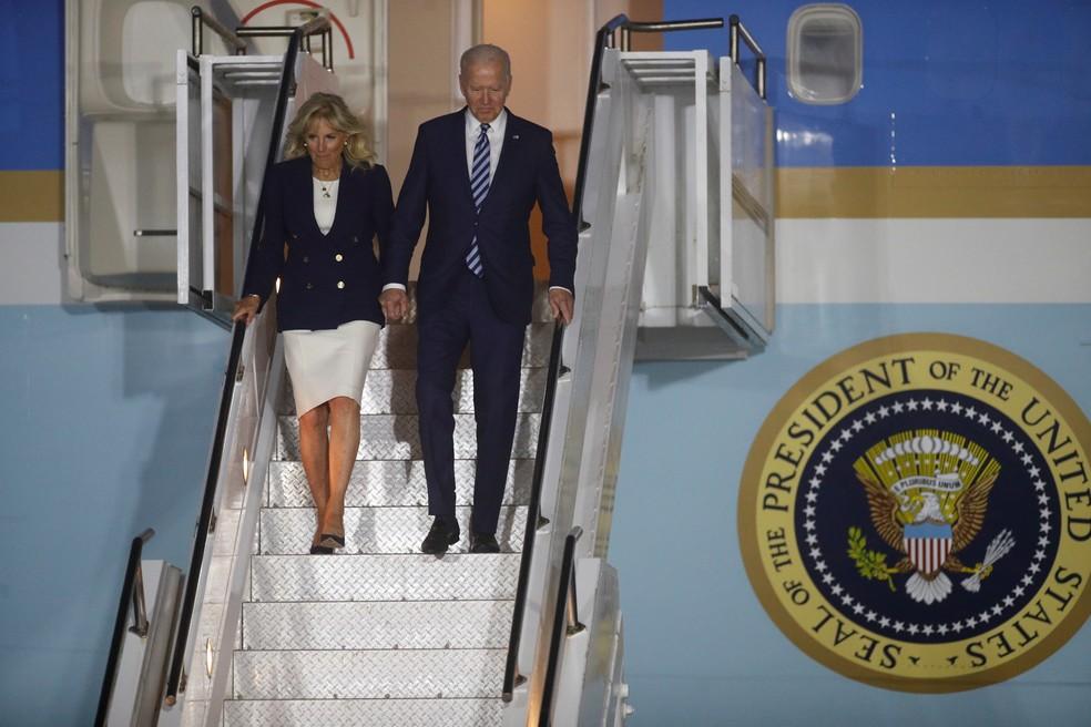 Joe Biden e sua esposa Jill desembarcam no aeroporto da Cornualha, no Reino Unido, na primeira viagem internacional do presidente — Foto: Reuters/Phil Noble