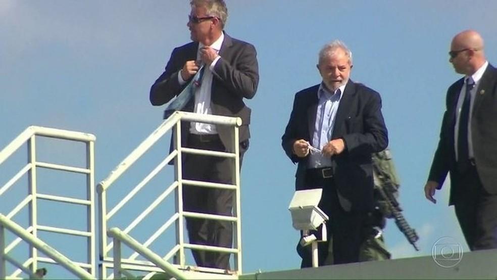 O ex-presidente Lula no último sábado (2), quando foi liberado pela Justiça para comparecer ao velório do neto Arthur Lula da Silva, de 7 anos — Foto: Reprodução/JN