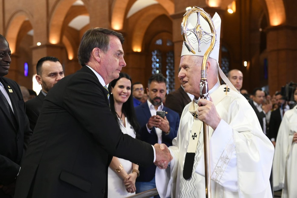 Presidente Bolsonaro cumprimenta Dom Orlando Brandes, arcebispo de Aparecida, durante missa — Foto: Thiago Leon/ Santuário Nacional de Aparecida