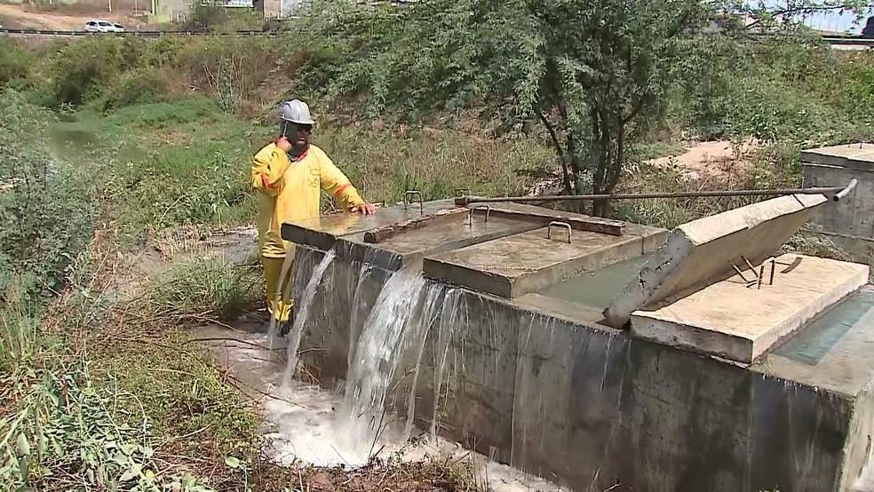 Desperdício de água é um dos problemas identificados pelo TCE em Pernambuco — Foto: Reprodução/TV Globo