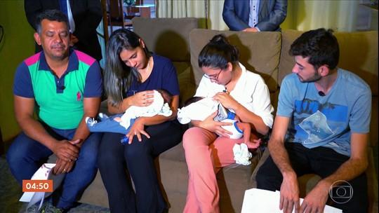 Casais que tiveram filhos trocados na maternidade mantêm contato apesar da distância