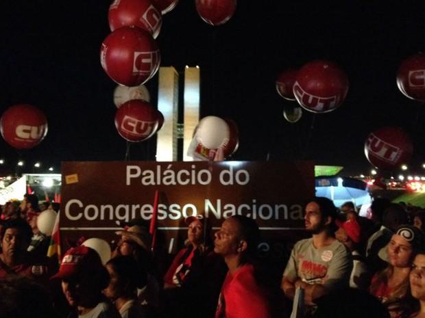 Participantes do ato pró-governo ocupam o gramado do Congresso Nacional (Foto: Alexandre Bastos/G1)