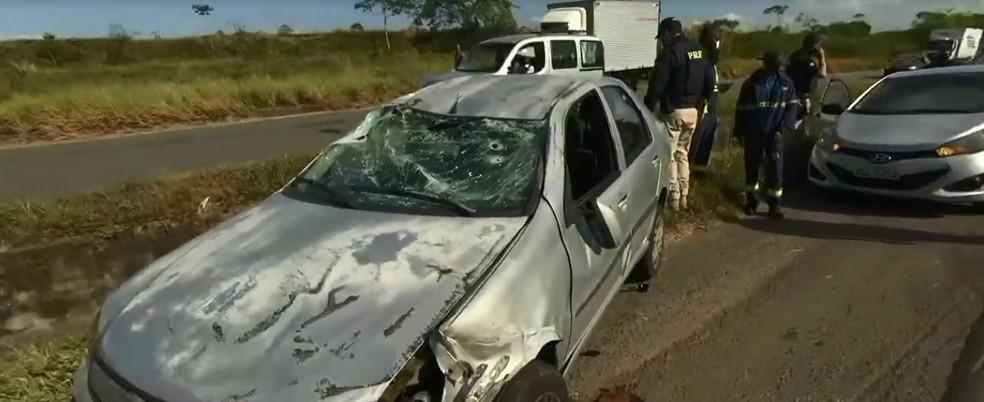 outro carro capotou na BR-324, na manhã desta quarta — Foto: Reprodução/ TV Bahia