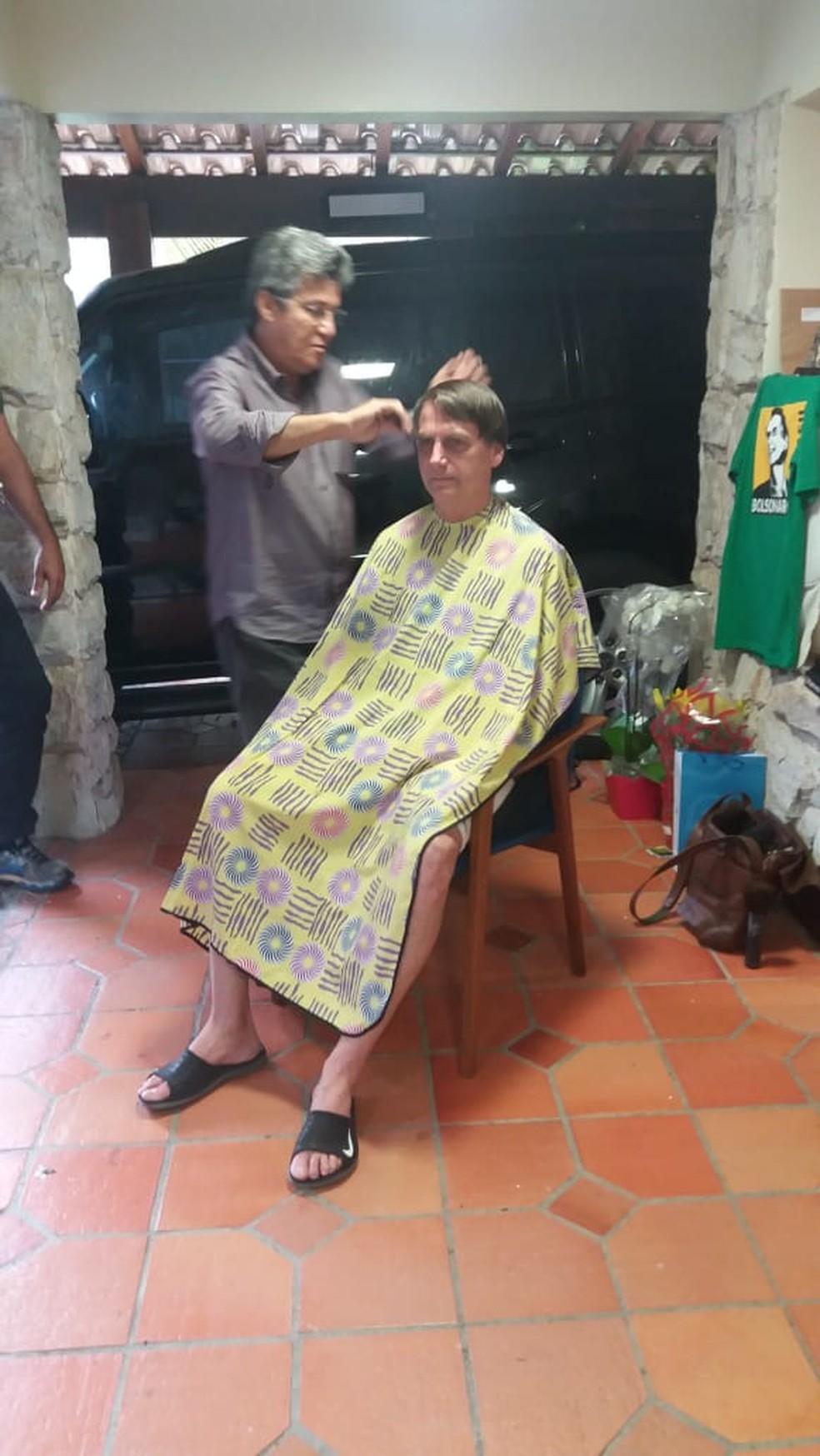 Bolsonaro também cortou o cabelo na manhã desta sexta-feira (2) — Foto: Reprodução